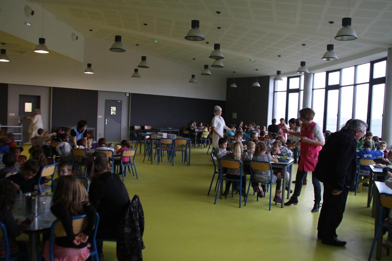 Premier repas des écoliers de Besserette dans leur nouvelle cantine