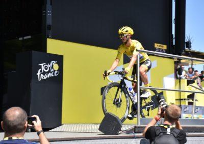 le maillot jaune alaphilippe mote sur le podium a st flour